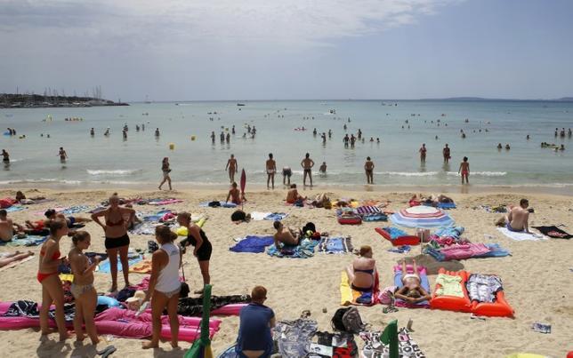 9月30日、スペイン国立統計局が発表したデータによると、同国を訪れた外国人観光客が8月に1010万人と、前年同月比5.8%増加し、月間ベースで過去最多を記録した。写真はスペインのパルマ・デ・マヨルカのビーチ、2014年7月撮影(2016年 ロイター/Enrique Calvo)
