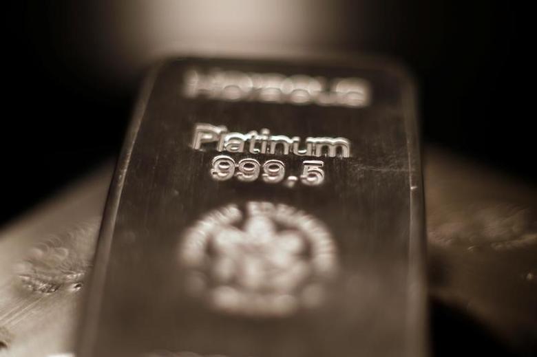 2014年3月6日,慕尼黑,贵金属交易商ProAurum保险箱内的铂金金条。REUTERS/Michael Dalder/File Photo