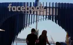 """Facebook a annoncé lundi le lancement prochain d'une plate-forme baptisée Marketplace destinée à permettre à ses utilisateurs d'acheter et de vendre des biens par le biais du réseau social. Une icône baptisée """"shop"""" apparaîtra en bas de page sur l'application et permettre aux utilisateurs de proposer des biens à la vente ou de rechercher ceux disponibles à l'achat à proximité. /Photo d'archives/REUTERS/Eric Gaillard"""