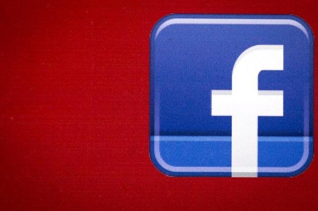 10月3日、米フェイスブック(FB)は3、ユーザーがFBのプラットフォーム上で商品の売買ができる「マーケットプレイス」サービスを開始すると発表した。写真はFBのロゴ。NY市で昨年7月撮影(2016年 ロイター/Brendan McDermid)