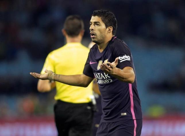 10月3日、サッカーのスペイン1部、昨季王者バルセロナはFWリオネル・メッシの離脱後、攻撃が不調に陥る可能性が懸念されたが、守備がほころびをみせている。写真はバルセロナのルイス・スアレス。スペインのビゴで2日撮影(2016年 ロイター/Miguel Vidal)