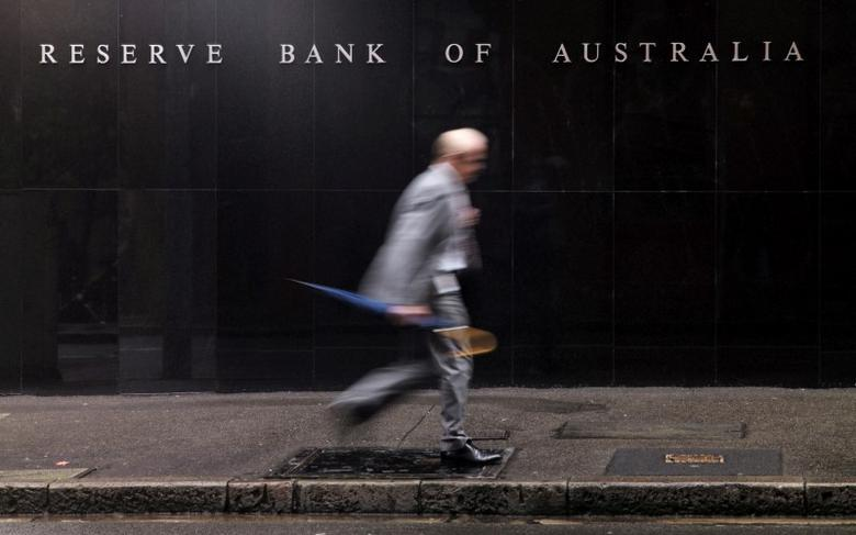A businessman walks past the headquarters of Australia's Reserve Bank in Sydney, November 3, 2015.  REUTERS/Jason Reed/File Photo