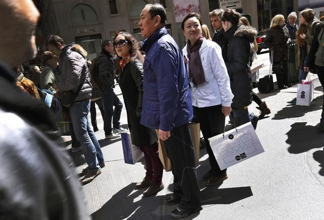 10月3日、小売店は稼げるうちに稼いでおかないと、中国人観光客の「爆買い」は風前のともしびだ。写真中央は中国人の買い物客。ニューヨーク5番街で2013年4月撮影(2016年 ロイター/Mike Segar)