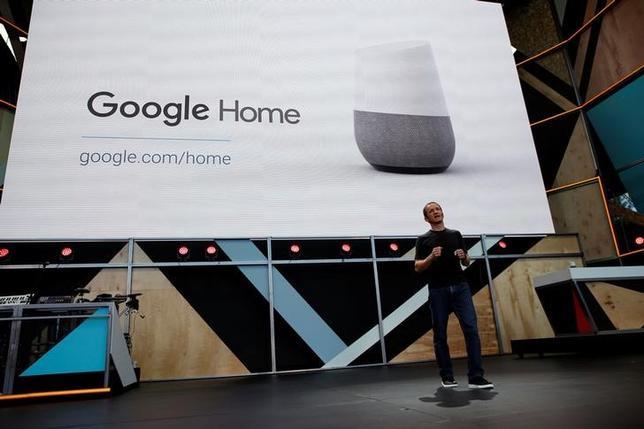 10月4日、米アルファベット傘下のグーグルは、サンフランシスコで開くイベントで新型スマートフォンを発表する見通し。写真は同時に説明がされると見通しとなっている「グーグル・ホーム」が発表されたカリフォルニア州マウンテン・ビューでのイベントで、5月撮影(2016年 ロイター/Stephen Lam)
