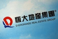 Логотип Evergrande Real Estate Group Ltd на пресс-конференции девелоперской компании в Гонконге. 29 марта 2016 года. Фондовый рынок Гонконга завершил торги вторника умеренным повышением индексов, возглавляемый акциями потребительского сектора и бумагами China Evergrande, однако рост котировок ограничили опасения по поводу того, что все большее количество городов в Китае могут принять меры для снижения растущих цен на недвижимость. REUTERS/Bobby Yip/File Photo