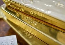 Слитки золота в хранилище Нацбанка Казахстана в Алма-Ате. 30 сентября 2016 года. Золото дешевеет шестой день подряд во вторник, обновив минимум более чем за две недели после сильных производственных данных из США, усиливших ожидания того, что ФРС повысит процентные ставки к концу года. REUTERS/Mariya Gordeyeva