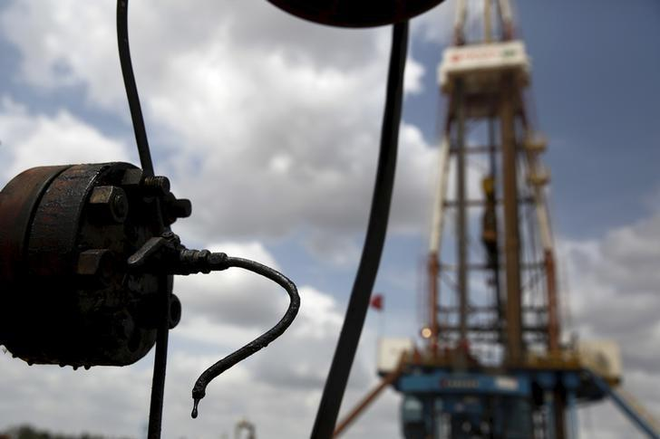 Crude oil drips from a valve at an oil well operated by Venezuela's state oil company PDVSA, in the oil rich Orinoco belt, near Morichal at the state of Monagas April 16, 2015. REUTERS/Carlos Garcia Rawlins/File Photo