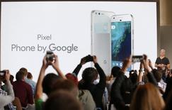 Google a dévoilé mardi un nouveau smartphone, baptisé Pixel, ainsi qu'un casque de réalité virtuelle dans le cadre de ses efforts pour commercialiser des appareils en son nom propre et de mieux concurrencer Apple sur le haut de gamme. /Photo prise le 4 octobre/REUTERS/Beck Diefenbach