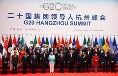 """Лидеры государств позируют на саммите стран """"Большой двадцатки"""" в китайском Ханчжоу 4 сентября 2016 года. МВФ в понедельник подтвердил прогноз слабого роста мировой экономики и предупредил, что дальнейшая стагнация может подстегнуть популистские страхи перед иммиграцией и свободой торговли. Это повредит производственной активности, производительности труда и инновациям. REUTERS/Damir Sagolj"""