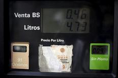 АЗС венесуэльской госнефтекомпании PDVSA в Каракасе 13 февраля 2016 года. Сокращение нефтедобычи не входящими в ОПЕК странами из тех, кто поддержит призванный помочь ценам, уменьшит предложение на перенасыщенном мировом рынке на 1,2 миллиона баррелей в сутки, сказал во вторник венесуэльский министр, упомянув Россию, Казахстан и Азербайджан. REUTERS/Marco Bello
