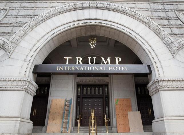 10月4日、米大統領選の共和党候補で不動産王のドナルド・トランプ氏が長期間にわたり所得税を支払っていなかった可能性があることについて、米国人の半数近くが、「頭がいい」と考えていることが分かった。写真はトランプ・インターナショナル・ホテルの入り口。ワシントンで2日撮影(2016年 ロイター/Joshua Roberts)