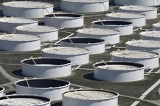 Нефтехранилища на распределительном центре в Кушинге, штат Оклахома. 24 марта 2016 года. Цены на нефть выросли в среду после сообщения о том, что запасы в США могли снизиться пятую неделю подряд, но котировки остаются вблизи отметки $50, которую многие трейдеры считают справедливой стоимостью. REUTERS/Nick Oxford