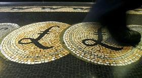 Изображения знака фунта на полу холла Банка Англии в Лондоне . Британский фунт стерлингов потерял еще треть процента в ходе торгов среды, снизившись ниже отметки $1,27 впервые с июня 1985 года и установив пятилетний минимум против в целом укрепившегося евро.  REUTERS/Luke MacGregor/File Photo
