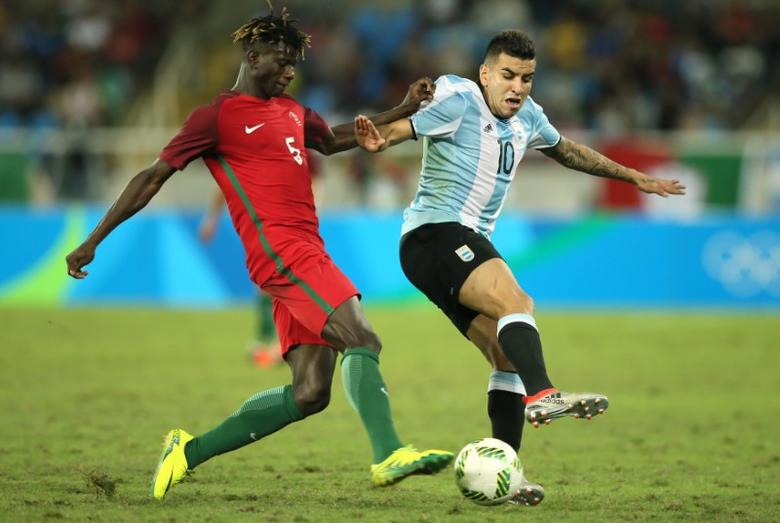 2016 Rio Olympics - Soccer - Preliminary - Men's First Round - Group D Portugal v Argentina - Olympic Stadium - Rio de Janeiro, Brazil - 04/08/2016. Angel Correa (ARG) of Argentina (R) and Edgar Ie (POR) of Portugal compete for the ball.  REUTERS/Gonzalo Fuentes