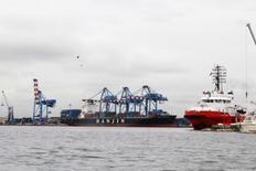 Vue du port d'Abidjan. La Côte d'Ivoire prévoit d'investir près de 900 millions d'euros dans des infrastructures de transport et de stockage de produits pétroliers afin de créer la plus importante plate-forme d'Afrique sub-saharienne pour le commerce du pétrole. /Photo d'archives/REUTERS/Thierry Gouegnon