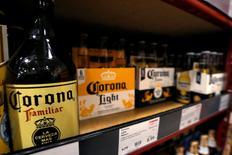 CONSTELLATION BRANDS, à suivre mercredi à Wall Street. Le groupe de spiritueux, notamment propriétaire de la bière Corona, a publié des résultats en hausse et meilleurs que prévu pour son deuxième trimestre clos fin août, avec un chiffre d'affaires en progression de 16,6% à 2,02 milliards de dollars. /Photo prise le 4 octobre 2016/REUTERS/Mario Anzuoni