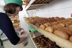 Продавец хлеба в магазине в Ставропольском крае. Потребительские цены в России с 27 сентября по 3 октября 2016 года выросли на 0,1 процента, как и в предыдущие две недели, сообщил Росстат в среду.   REUTERS/Eduard Korniyenko