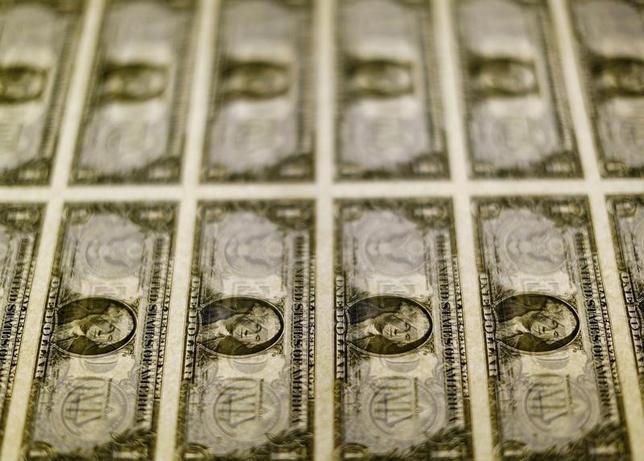 10月5日、終盤のニューヨーク外為市場では、この日発表された経済指標が強弱まちまちの内容だったため、ドルが他の主要通貨に対してほぼ横ばいとなった。一方ユーロは、ユーロ圏の国債利回り上昇を背景に堅調だった。2014年11月撮影(2016年 ロイター/Gary Cameron/File Photo)