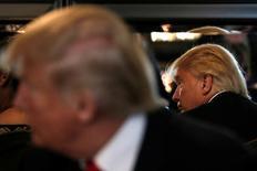 Кандидат в президенты США от республиканцев Дональд Трамп отражается в зеркале (справа) во время встречи с предпринимателями испанского происхождения в Лас-Вегасе, Невада, 5 октября 2016 года. Трамп в среду воздержался от похвал Владимиру Путину, сообщив, что еще не разобрался в своем отношении к российскому президенту, которого недавно называл более достойным роли государственного лидера, чем американец Барак Обама. REUTERS/Mike Segar
