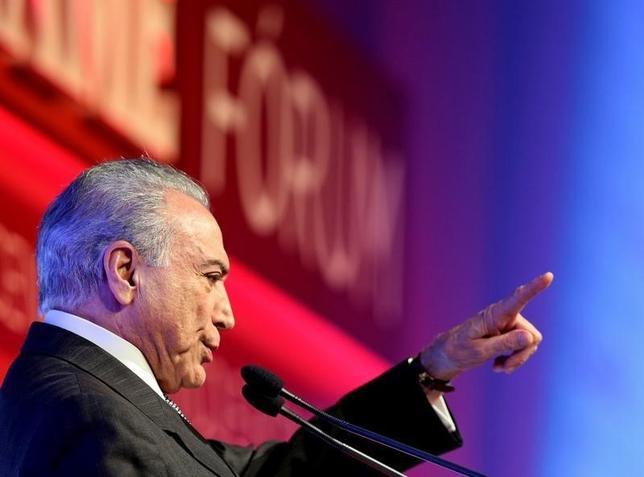 10月4日、ブラジルの調査会社イボペが全国工業連盟の委託で実施した世論調査で、テメル大統領の支持率低迷が続いていることが明らかになった。写真は9月、サンパウロで経済政治フォーラムで演説するテメル大統領(2016年 ロイター/Paulo Whitaker)