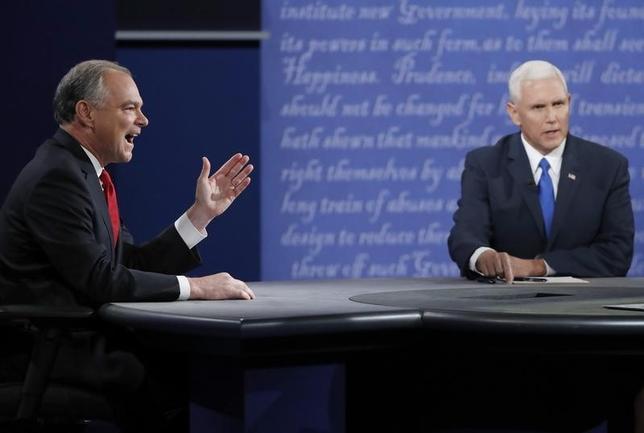 10月5日、調査会社ニールセンのデータによると、4日夜行われた米副大統領候補のテレビ討論会の視聴者数は約3700万人だった。先日の大統領候補討論会の半数以下にとどまった。写真右は共和党候補者のインディアナ州知事マイク・ペンス氏、左は民主党候補者のバージニア州選出上院議員ティム・ケイン氏(2016年 ロイター/Jonathan Ernst )
