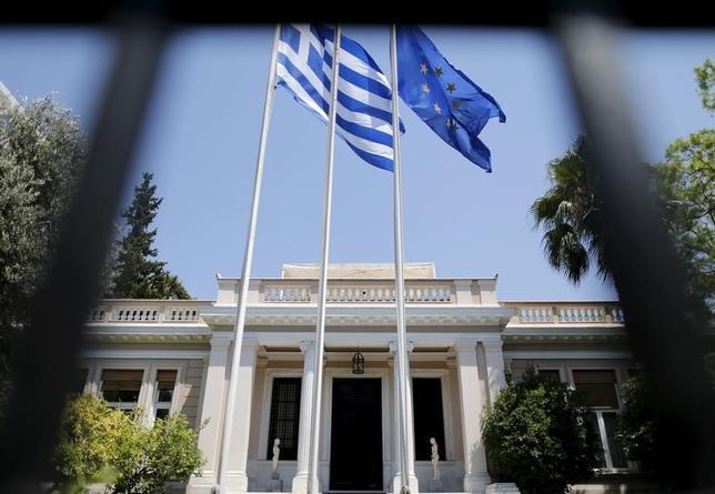 10月6日、ギリシャ中銀のムルムラス副総裁は6日、ギリシャ国債がECBによる量的緩和策の買い入れ対象となれば、来年の債券市場への復帰に道が開ける可能性があるとの認識を示した。写真はアテネの首相官邸で2015年7月撮影(2016年 ロイター/Christian Hartmann)