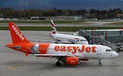 Самолет easyJet в аэропорту Женевы. Британская авиакомпания easyJet предупредила, что ее прибыль упадет более чем на 25 процентов в этом году, поскольку проблемы с безопасностью ослабили спрос, а низкие цены на топливо подразумевают усиление конкуренции на рынке ближнемагистральных перевозок. REUTERS/Denis Balibouse/File photo