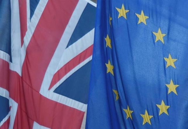 10月6日、英国のハモンド財務相は来月、イングランド銀行(中央銀行)による低金利政策への依存を減らし、他の景気刺激策により注力するための計画を明らかにする。首相顧問が明らかにした。写真は英国国旗とEUの旗、6月撮影(2016年 ロイター/Toby Melville)