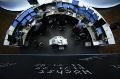 Les Bourses européennes ont basculé dans le rouge jeudi à mi-séance et Wall Street est attendue en légère baisse dans l'attente d'indications sur l'évolution des politiques monétaires dans la zone euro et aux Etats-Unis. À Paris, le CAC 40 perdait 0,41% à 12h25. À Francfort, le Dax cédait 0,42% et à Londres, le FTSE abandonnait 0,36%. /Photo d'archives/REUTERS/Lisi Niesner