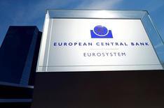 Штаб-квартира ЕЦБ во Франкфурте-на-Майне. Представители Европейского центробанка согласились на сентябрьской встрече с тем, что экономике еврозоны требуется дальнейшая монетарная поддержка, учитывая отсутствие признаков восстановления роста цен, следует из опубликованного в четверг протокола заседания регулятора.    REUTERS/Ralph Orlowski/File Photo