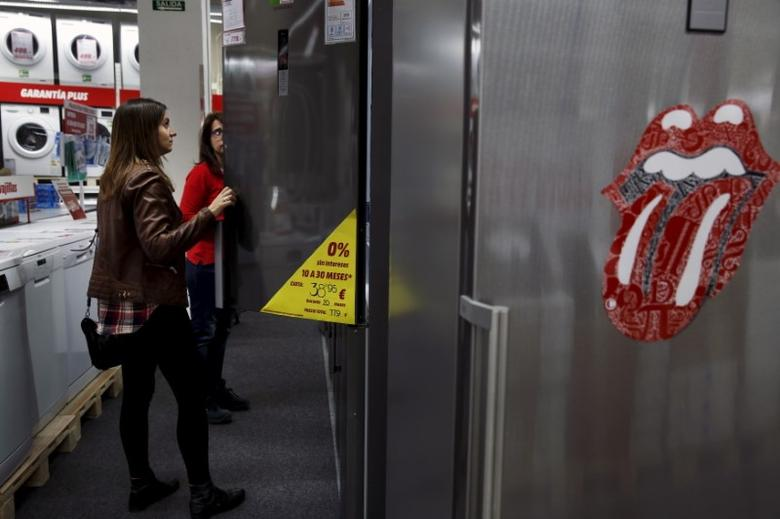 A woman shops for a fridge at a store in Madrid, Spain, April 17, 2015.  REUTERS/Susana Vera