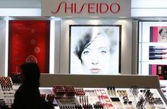 Shiseido entend se hisser au cinquième rang mondial du parfum d'ici à cinq ans grâce notamment aux fragrances de Dolce & Gabbana. Après avoir perdu la licence Jean-Paul Gaultier, reprise par l'espagnol Puig, le groupe japonais de cosmétiques a trouvé un relais de croissance avec le rachat en juillet de celle de la marque de mode italienne. /Photo d'archives/REUTERS/Yuriko Nakao