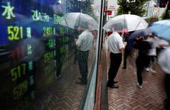 """Un hombre mirando una pantalla que muestra el precio de las acciones, en Tokio, Japón. 18 de agosto de 2016. Las acciones de Asia caían el viernes por una toma de ganancias luego de un avance reciente y la libra esterlina recuperaba algunas pérdidas después de anotar más temprano un mínimo en tres décadas por las inquietudes sobre el """"Brexit"""". REUTERS/Kim Kyung-Hoon"""