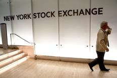 La Bourse de New York a ouvert vendredi sans tendance claire après la publication de chiffres mensuels de l'emploi aux Etats-Unis moins bons que prévu qui laissent planer un doute sur l'imminence d'un resserrement monétaire. L'indice Dow Jones cède 25,27 points dans les premiers échanges, soit 0,14%, à 18.243,23. Le Standard & Poor's 500, plus large, recule de 0,07% à 2.159,33 et le Nasdaq Composite perd 0,09% à 5.302 points. /Photo d'archives/REUTERS/Brendan McDermid
