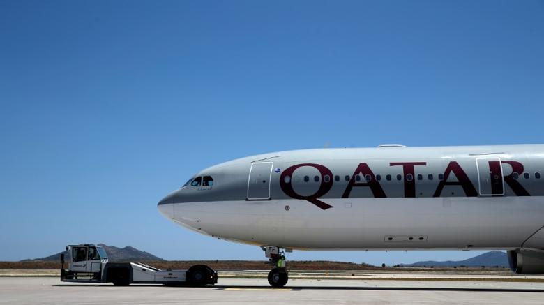 FILE PHOTO  A Qatar Airways aircraft is seen at a runway of the Eleftherios Venizelos International Airport in Athens, Greece, May 16, 2016. REUTERS/Alkis Konstantinidis/File Photo  - RTX2LRCE