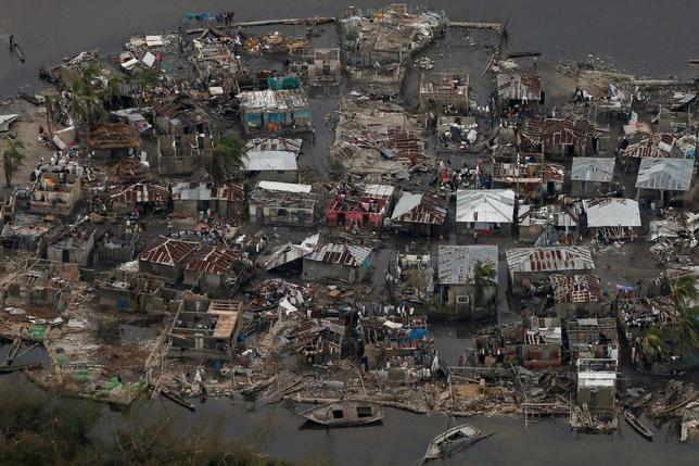 10月7日、大型ハリケーン「マシュー」が直撃したハイチで死者数が842人に達した。写真は損壊した住宅。同国で6日撮影(2016年 ロイター/Carlos Garcia Rawlins)