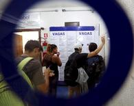 Pessoas buscam trabalho em agência no centro de São Paulo 14/3/2016 REUTERS/Paulo Whitaker