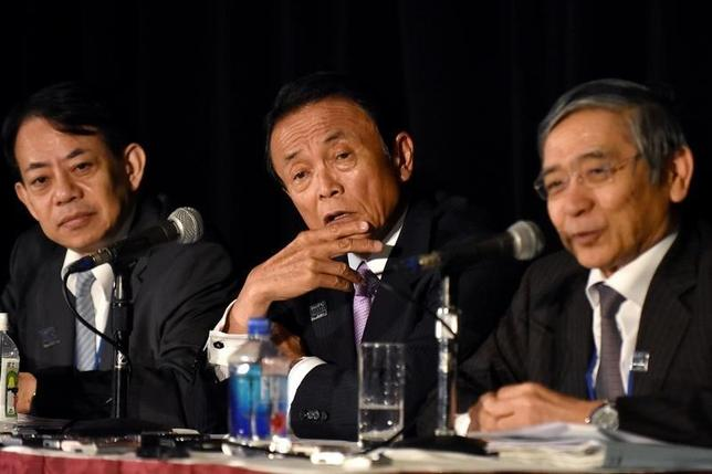 10月7日、麻生太郎財務相は、米国のルー財務長官と会談し、TPP実現に向けて国会審議を進める考えを示した。IMFのIMFC(国際通貨基金委員会)では「政府・日銀が緊密に連携し、金融政策と財政政策、構造改革を一体として進める」と表明し、デフレからの脱却に意欲を示した。写真は左から浅川財務官、麻生財務相、黒田日銀総裁、ワシントンで7日撮影(2016年 ロイター/James Lawler Duggan)