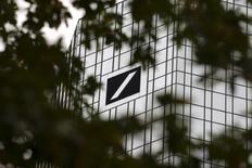 Las bolsas europeas caían el lunes en la apertura lastradas por los descensos de Deutsche Bank, que arrastraba al sector bancario europeo. En la imagen, se ve la sede del banco alemán en Fráncort tras las ramas de un árbol, el 30 de septiembre de 2016. REUTERS/Kai Pfaffenbach