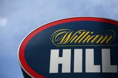 William Hill et le groupe canadien Amaya ont confirmé lundi tenir des discussions de fusion, provoquant une forte hausse de l'action du bookmaker britannique en Bourse de Londres. À Londres, l'action William Hill gagne 2,7% vers 8h20 GMT. /Photo d'archives/REUTERS/Neil Hall