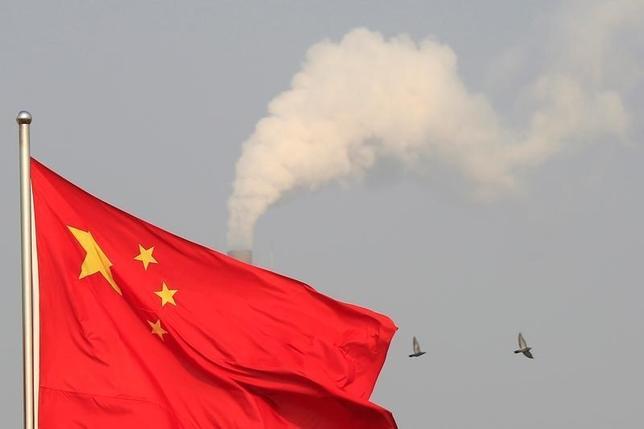 10月10日、中国国務院(内閣に相当)は、企業の債務水準引き下げに関する指針を発表した。政府のウェブサイトに掲載された声明は、企業のM&Aを推し進め、金融面の支援を強化するとしている。写真は中国国旗、上海郊外で2015年1月撮影(2016年 ロイター/Aly Song)