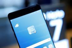 Un celular Samsung Galaxy Note 7 en la sede de la compañía en Seúl, Corea del Sur. 10 de octubre de 2016. Samsung Electronics suspendió la producción de sus teléfonos avanzados de gama alta Galaxy Note 7, dijo una fuente el lunes, luego de reportes de incendios en dispositivos de sustitución, lo que agudiza una crisis en la que el gigante tecnológico se ha visto obligado a retirar masivamente estos aparatos del mercado. REUTERS/Kim Hong-Ji