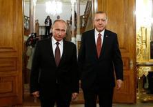 La Turquie et la Russie ont signé lundi un accord bilatéral pour la construction du gazoduc TurkStream en présence de Vladimir Poutine et de son homologue turc Recep Tayyip Erdogan. /Photo prise le 10 octobre 2016/REUTERS/Osman Orsal