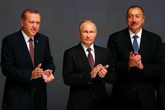 Президент России Владимир Путина и его коллеги из Турции Тайип Эрдоган и Азербайджана Ильхам Алиев аплодируют на 23-м мировом энергетическом конгрессе в Стамбуле 10 октября 2016 года. Цены на нефть скакнули на три процента в понедельник, а Brent пробила годовой максимум после того, как президент России Владимир Путин заявил о готовности поддержать нефтяной картель в ограничении добычи, а Алжир высказал уверенность, что этот шаг сделают и другие добытчики вне ОПЕК. REUTERS/Murad Sezer