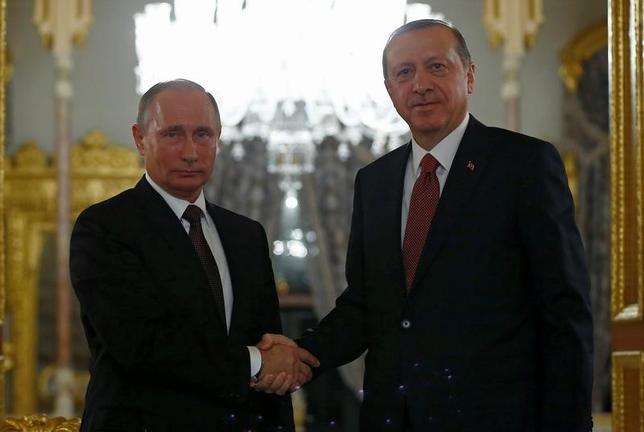 10月10日、ロシアのプーチン大統領(写真左)は、訪問先のトルコでエルドアン大統領と会談した。ガスパイプラインの建設で合意したほか、シリア北部アレッポへの支援が重要との認識で一致した。イスタンブールで撮影(2016年 ロイター/Osman Orsal)