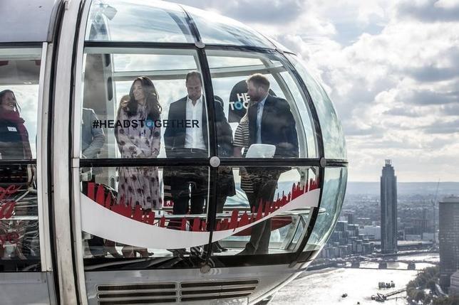 10月10日、英国のウィリアム王子(写真中央)とキャサリン妃(左)、ヘンリー王子(右)がワールド・メンタルヘルス・デー(世界精神保健デー)を記念し、名物の大観覧車「ロンドン・アイ」に精神疾患経験者らとともに搭乗した。代表撮影(2016年 ロイター/Richard Pohle)