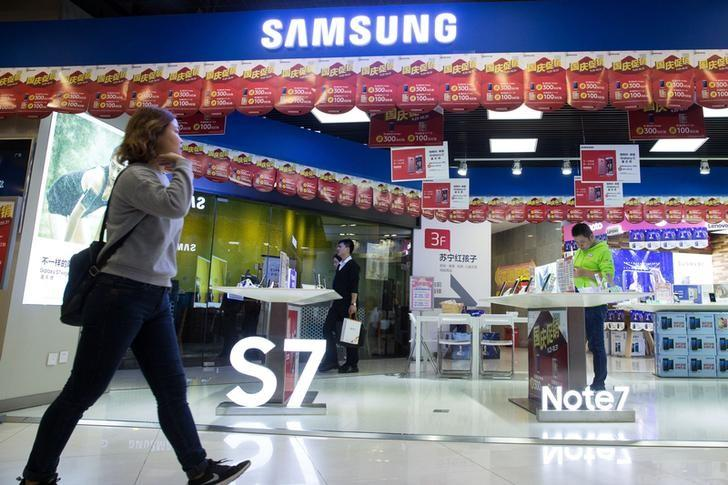 A woman walks past a Samsung store with an installation of Note 7 in Nanjing, Jiangsu province, China, October 10, 2016. Picture taken October 10, 2016. China Daily/via REUTERS