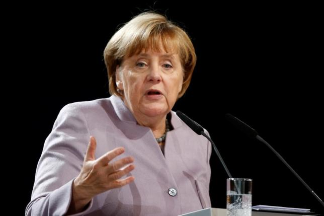 10月11日、世論調査会社INSAの調査で、ドイツのメルケル首相率いる保守系与党連合「キリスト教民主・社会同盟(CDU・CSU)」の支持率が0.5%ポイント低下し29.5%となった。マクデブルクで7日撮影(2016年 ロイター/Axel Schmidt)