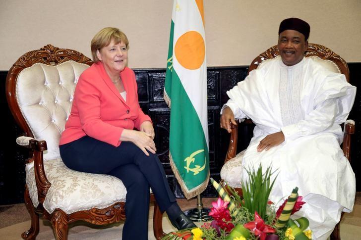 German chancellor Angela Merkel speaks with Nigerian President Mahamadou Issoufou upon her arrival in Niamey, Niger October 10, 2016. REUTERS/Tagaza Djibo