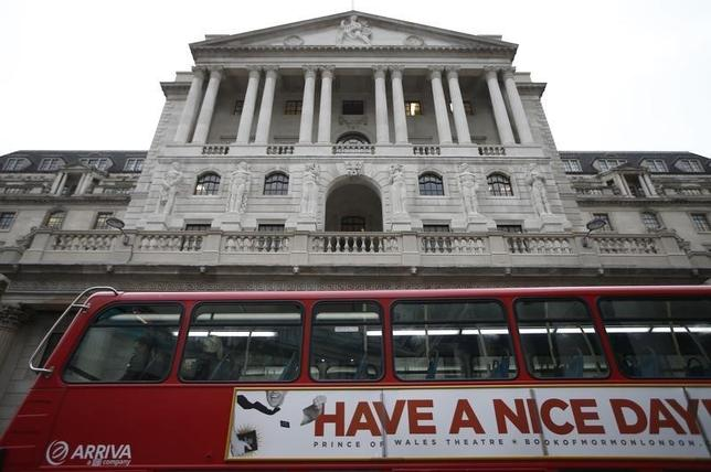 10月11日、銀行幹部は、来年にも英国外への事業移転に着手する可能性があるとの考えを示した。写真はロンドンの英中銀前を走るバス。7日撮影(2016年 ロイター/Peter Nicholls)